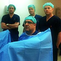 д-р Фернандо Санча оперира със зелен лазер в присъствието на проф. д-р Дийн Елтерман от Toronto