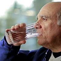 Мъжете с увеличена простата се страхуват да пият вода